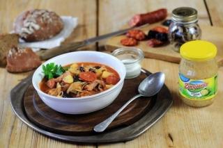 Kapustnica s houbami a sušenými švestkami.