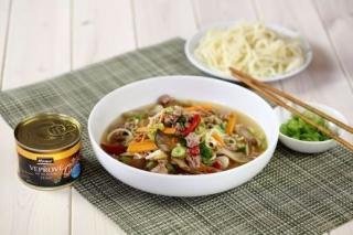Pikantní polévka s hlívou ústřičnou a vepřovým masem.