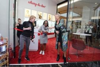 Nový obchod pokřtily známá zpěvačka Tonya Graves a stand-up komička a moderátorka Adéla Elbel.