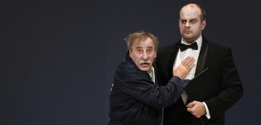 Zleva Pavel Zedníček jako Harpagon a Roman Štabrňák v roli Valéra na zkoušce Moliérovy komedie Lakomec.