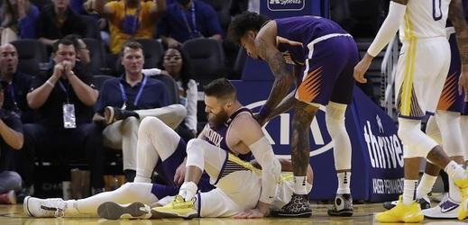 Zlomená ruka připraví hvězdného basketbalistu Stephena Curryho nejméně o tři měsíce NBA.