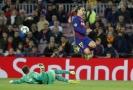 Ondřej Kolář zasahuje proti barcelonskému Griezmannovi.