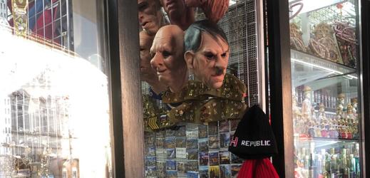 Masky Adolfa Hitlera v prodeji.