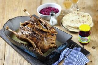 Pečená martinská husa s červeným zelím a lokšemi.