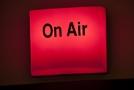 Informační světlo On Air v rozhlasovém studiu redakce Radiožurnálu Českého rozhlasu v Praze.