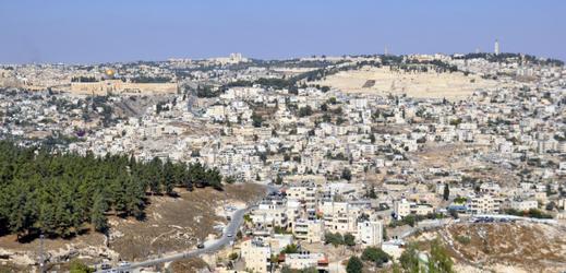 Pohled na východní Jeruzalém z lokality French Hill, vlevo vzadu je Skalní dóm na Chrámové hoře.
