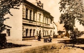 Historická fotografie restaurace U Zlatého Lva.