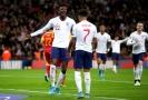 Radost anglických fotbalistů po gólu proti Černé Hoře.