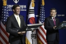 Americký ministr obrany Mark Esper a jihokorejský ministr obrany Jeong Kyeong-doo.