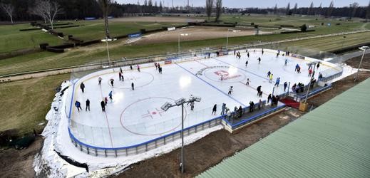 Ledové kluziště na dostihovém závodišti.