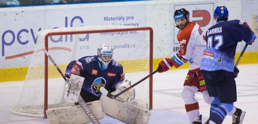 Zleva brankář Kladna Denis Godla z Kladna, Jan Knotek z Olomouce a Michal Barinka z Kladna.
