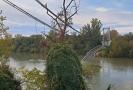 Ve Francii se zřítil visutý most, nejméně jeden mrtvý.