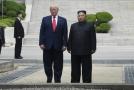Americký prezident Donald Trump (vlevo) a korejský prezident Kim Čong-un.