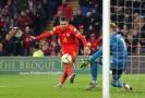 Aaron Ramsey dává gól v utkání s Maďarskem.