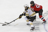 David Pastrnak z Boston Bruins (88) a Jesper Bratt z New Jersey Devils (63).