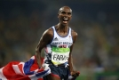 Britský vytrvalec Mo Farah oslavuje zisk medaile.