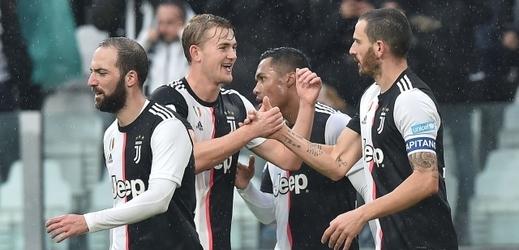 Leonardo Bonucci (vpravo) slaví svůj gól.