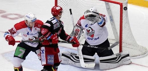 Hokejový brankář Pavel Kantor slavil v Třinci na jaře zisk mistrovského titulu, ale při návratu do známého prostředí musel s Pardubicemi strávit debakl.