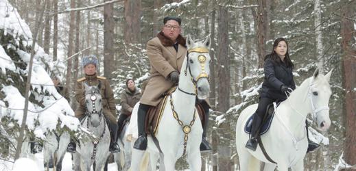 Severokorejský vůdce Kim zdolal na bílém koni horu Pektu.
