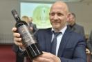 Ředitel Zámeckého vinařství Bzenec Bořek Svoboda prezentuje vítězné víno - Rulandské modré, 2017, řada EGO, výběr z hroznů.