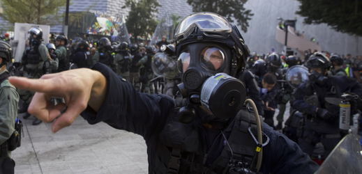 Mrtví ptáci a vyrážka: Hongkong děsí slzný plyn