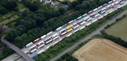 Ve Francii protestují řidiči kamionů, blokují silniční tahy