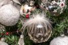 Čirá vánoční koule s ptačím peřím na snímku pořízeném 3. prosince 2019 ve Dvoře Králové nad Labem.
