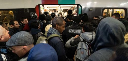 Stávky ve Francii trvají už osmý den, doprava je omezená