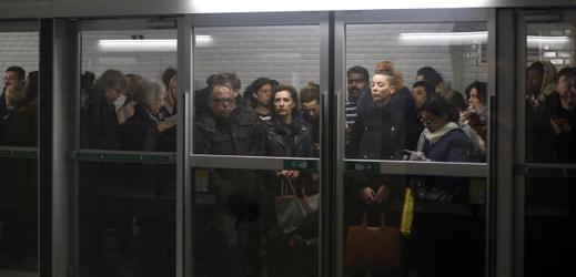 Davy v pařížské MHD usměrňují pracovníci metra