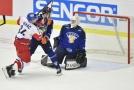 Zleva Jiří Sekáč z ČR, který dává druhý gól, a Valtteri Kemiläinen a brankář Eetu Laurikainen z Finska.