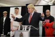 Johnsonovi konzervativci získali v britském parlamentu většinu