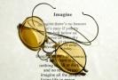 Proslulé kulaté brýle s oranžovými skly.