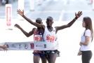 Keňan Kibiwott Kandie a Jacob Kiplimo z Ugandy.