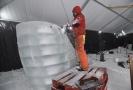 Adam Bakoš dokončoval 10. ledna 2020 na Pustevnách na Vsetínsku ledovou sochu velryby.