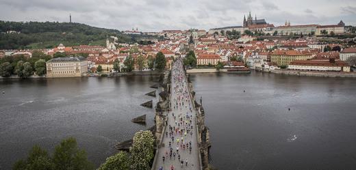 Běžci na Karlově mostě.
