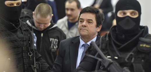 Podnikatel Marian Kočner (druhý zprava) přichází v doprovodu stráže do jednací síně specializovaného trestního soudu v Pezinku, kde 13. ledna 2020 začalo za přísných bezpečnostních opatření hlavní líčení se čtveřicí obviněných v případu vraždy novináře Jána Kuciaka a jeho partnerky. Kočner je obviněn z objednání Kuciakovy vraždy. V pozadí jsou další obvinění Miroslav Marček (druhý zleva) a Tomáš Szabó (třetí zleva).