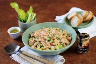 Tuňákový salát s máslovými fazolemi.