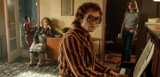 Taron Egerton jako Elton John (Rocketman).