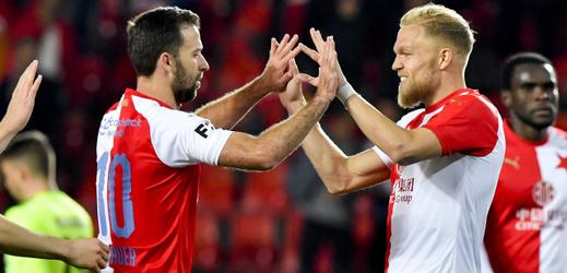 Mick van Buren ze Slavie (druhý zprava) se raduje z gólu se spoluhráčem Josefem Hušbauerem.