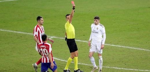 Federico Valverde inkasuje po ostrém skluzu červenou kartu.