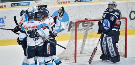 Hráči Liberce se radují z gólu. Vpravo je brankář Plzně Dominik Frodl.