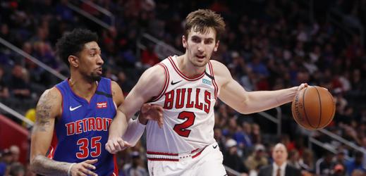 Hráč za Chicago Bulls Luke Kornet (2) a basketbalista Detroitu Pistons Christian Wood (35).