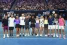 Téměř pět milionů australských dolarů, což je zhruba 75 milionu korun, vynesla dnešní exhibice tenisových hvězd v Melbourne Parku na pomoc lidem strádajícím po lesních požárech, které od září sužují jihovýchod Austrálie.