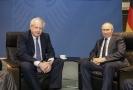 Boris Johnson a Vladimir Putin na summitu o Libyi.