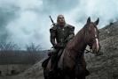 Henry Cavill jako Geralt z Rivie.