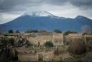 Pohled na sopku Vesuv z italských Pompejí.