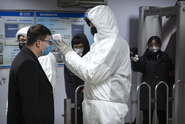 Další nemocní i mrtví. Šíření viru sílí, přicházejí další zákazy