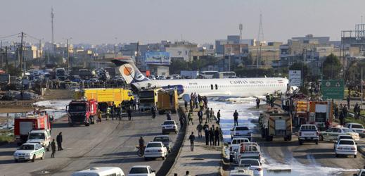 VIDEO: Letadlu upadl podvozek, zastavilo se až na silnici