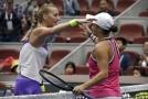 Petra Kvitová se zdraví po zápase s Australankou Ashleigh Bartyovou.