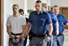 Vězeňská eskorta přivádí Davida Šindlera k soudu.